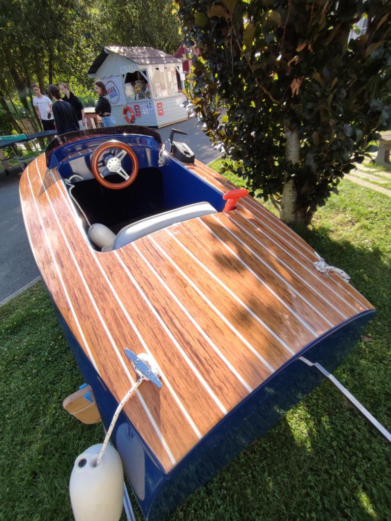 Le Dandy est un mini bateau qui va aussi bien aux enfants qu'aux adultes !